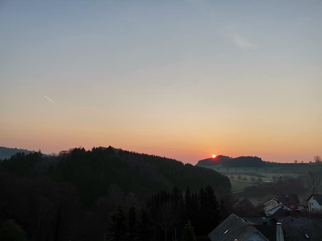 Sonnenaufgang am Sonntagmorgen von meinem Balkon vom H+ Hotel Willingen aus