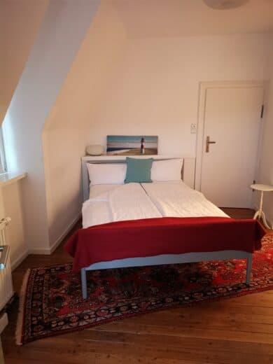 Das Bett in dem von der Haßberge Tourismus gebuchten Apartment im Hotel Kolb in Zeil