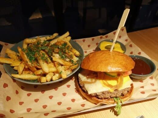 Burger und Poutine im Burgerheart Stuttgart