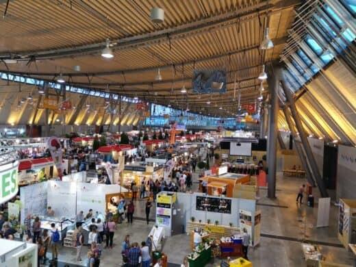 Ein Blick von oben in eine der Messehallen während der Slow Food 2019