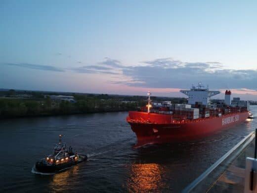 Das Frachtschiff kam uns auf der Elbe entgegen