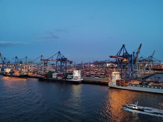 Der Hamburger Hafen bei nacht von der Mein Schiff 1 aus