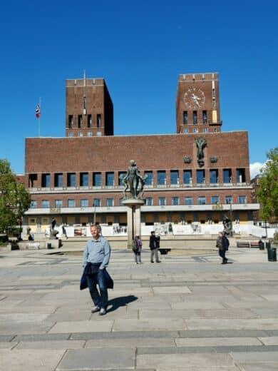 Da steh ich dann mal als Modell vor dem Osloer Rathaus