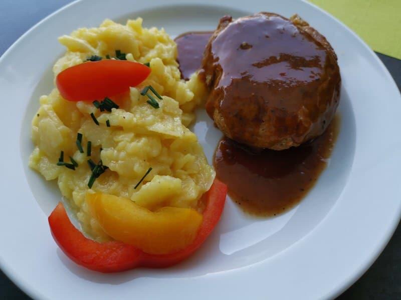 Fleischküchle mit Kartoffelsalat und Bratensosse auf der MS Wilhelma