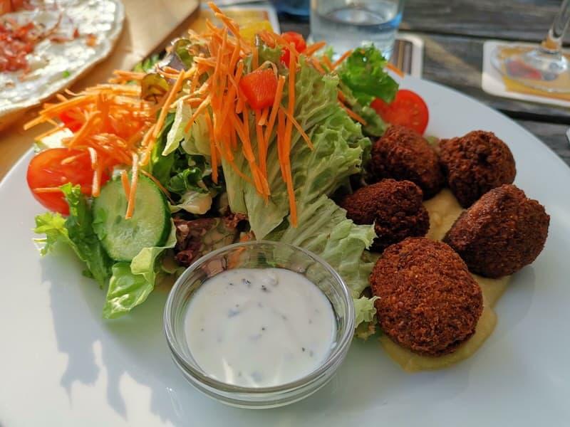 Falafel auf Hummus im Flora & Fauna