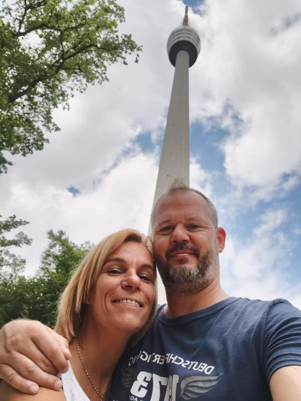 Nic und ich am Fernsehturm bei unserer kleinen Wanderung
