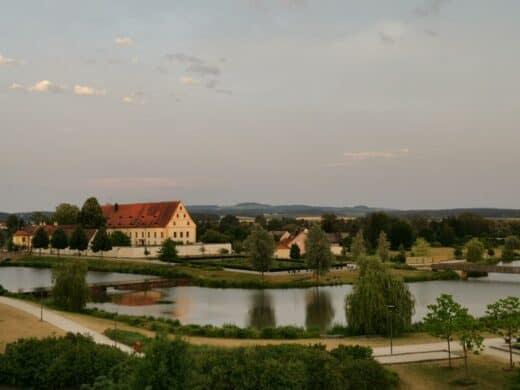 Fischhof Tirschenreuth in der Abenddämmerung vom Balkon der Pension Kistenpfennig aus