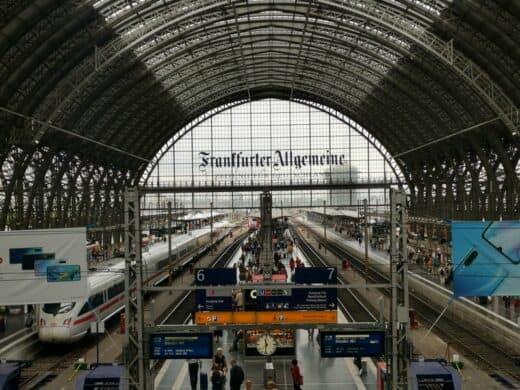 Der Ausblick aus der Bahnlounge in Frankfurt über die Gleise im Hauptbahnhof