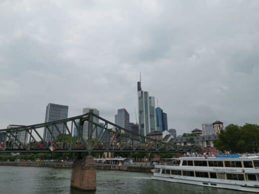 """Der Eiserne Steg in Frankfurt mit der """"Wappen von Frankfurt"""""""