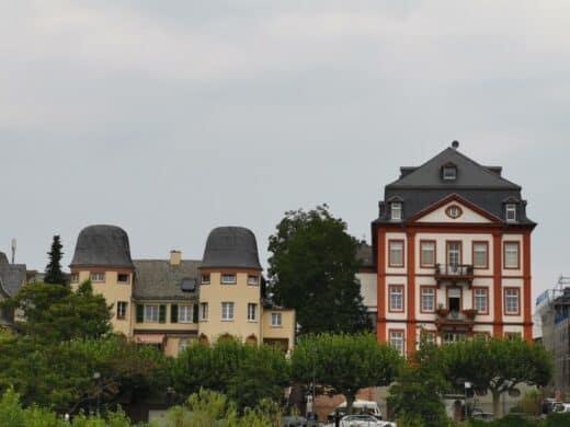 Häuser am Main in Höchst
