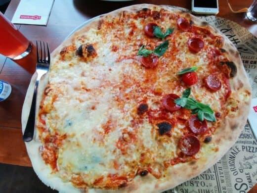 Riesen Pizza in der L'Osteria (Quattro Formaggi und Salsiccia Piccante)