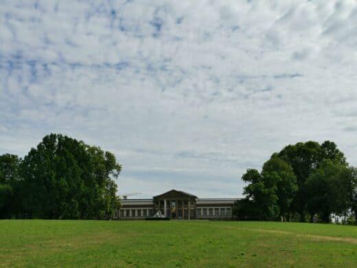 Das Schloss Rosenstein am späten Vormittag im Stuttgarter Rosensteinpark