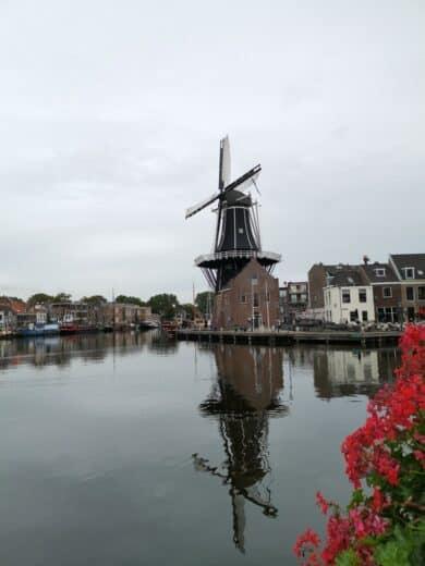 Die Mole de Adriaan spiegelt sich im Kanal