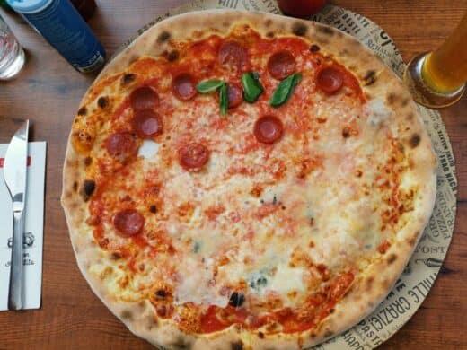 Pizza halb-halb (Quattro Formaggi und Salaccia) im L'Osteria