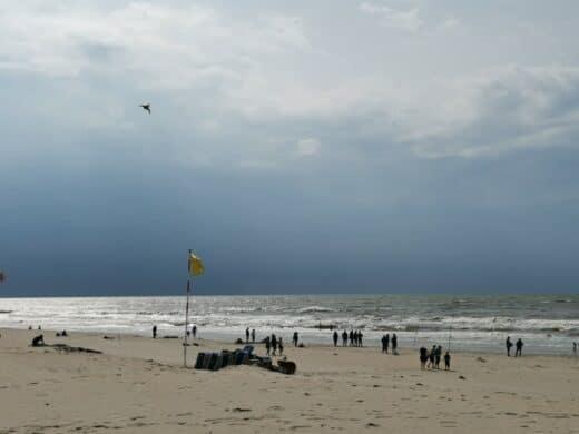 Da naht der Regen in Zandvoort am Strand