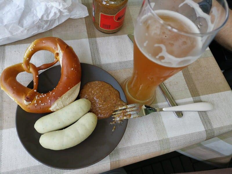 Weisswurstfrühstück mit Hefe, Brezel und süßen Senf