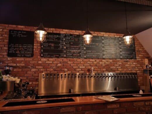 30 Biere vom Fass gibt es durch diese Zapfhähne in der Uiltje Bar