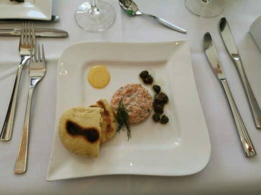 Lachstatar mit frittierten Kapern, Aioli und Pfannen-Gewürzbrot