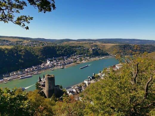 Was für ein Ausblick oberhalb der Burg Katz über Rhein, St. Goarshausen und St. Goar!