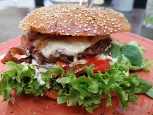 Leckerer Burger im Weber in der Calwer Strasse in Stuttgart beim Reisebloggerstammtisch