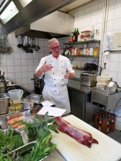 Franz Josef Ikenmeyer in seiner Küche des Landgasthauses Ikenmeyer in Neuenheerse beginnt durch den Kochkurz zu führen