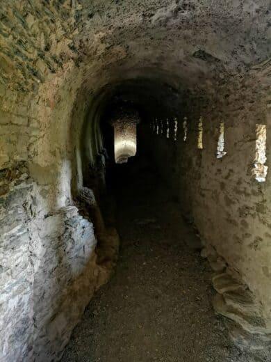 Einer der Gänge der Burg Rheinfels, wo man nur bei einer (kostenlosen) Führung mit hin kommt
