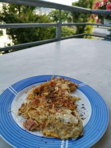 Omelette mit Schinken und Käse Zuhause auf dem Balkon