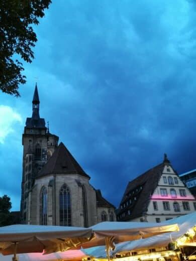 Die Stiftskirche am Abend des Weindorfes
