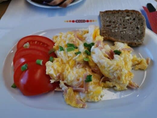 Rührei im polnischen Speisewagen - frisch zubereitet