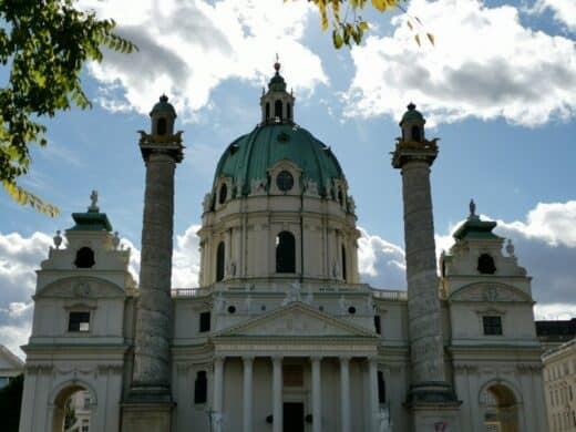 Panorama der Karlskirche Wien bei Tag