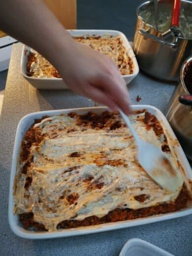 Matthias beim Schichten der Lasagne(n)