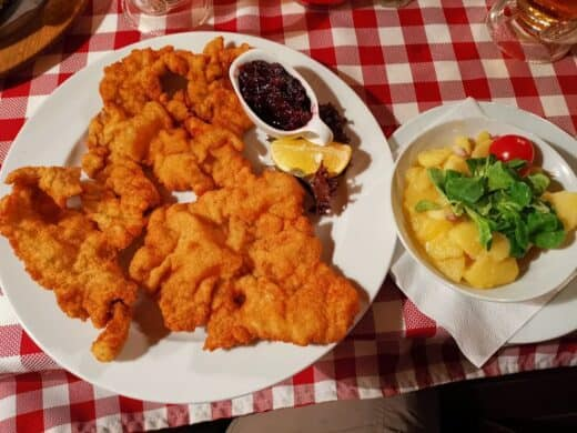 Leckeres Kalbsschnitzel im Wiener Wiaz'haus