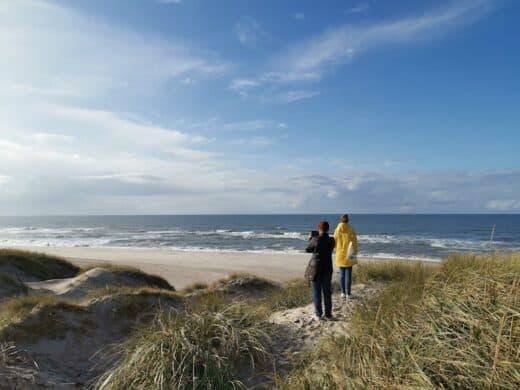 Imke und Ina bestaunen den Strand in Dänemark