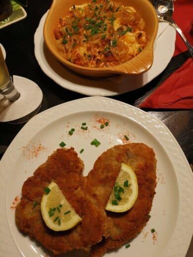 Schnitzel mit Kässpätzle im Viertelesschlotzer Stuttgart