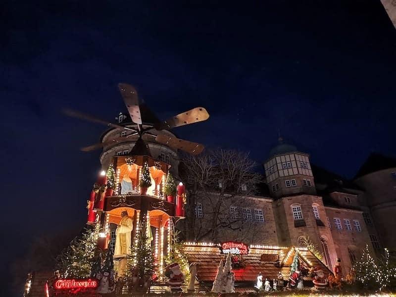 Pyramide auf dem Stuttgarter Weihnachtsmarkt vor dem Alten Schloß