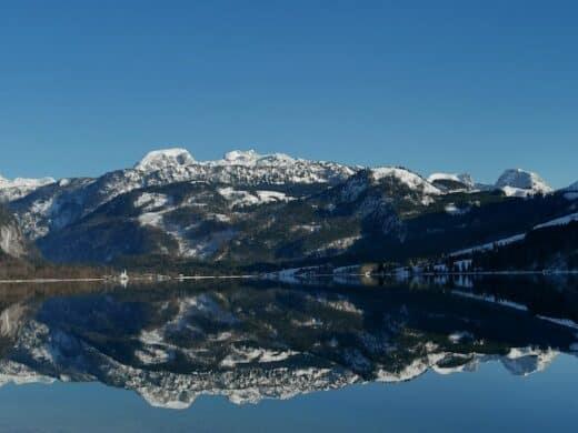Berge spiegeln sich im Grundlsee