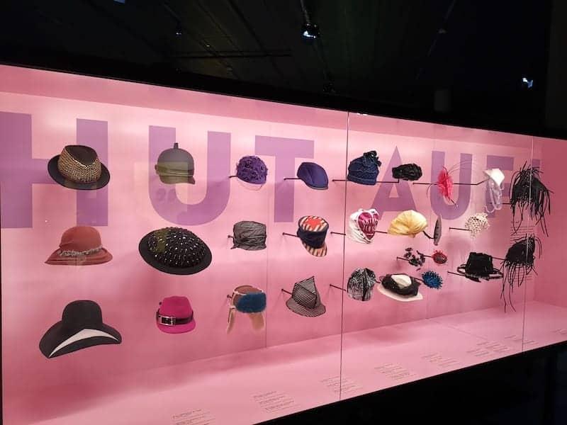 Der Schluss der Ausstellung Hut ab im Haus der Geschichte Baden-Württemberg: Moderne Hüte