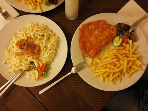 Schnitzel mit Pommes - und eine Portion Kässpätzle extra...