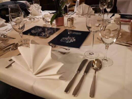 Eingedeckter Tisch im Restaurant des Hotels Royal Stuttgart