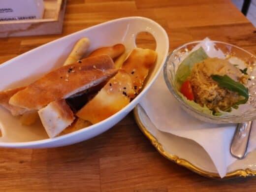 Hausgemachter Hummus mit Brot im Pianocafe Lysdorss
