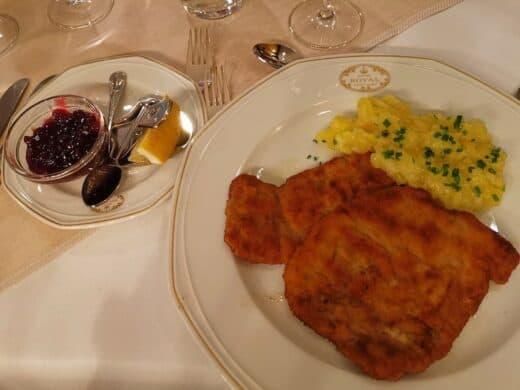 Schnitzel mit Kartoffelsalat im Hotel Royal Stuttgart