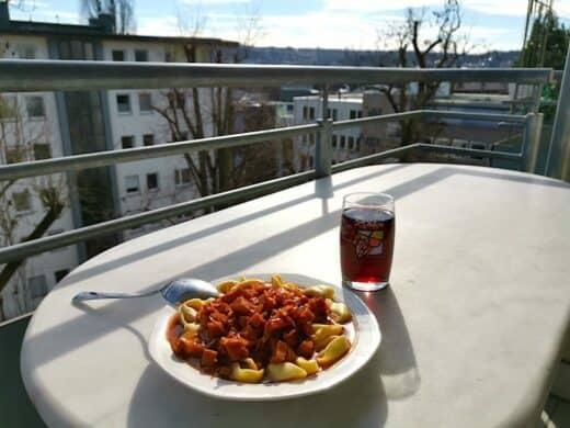 Wurstgulasch mit Tortelloni Zuhause auf dem Balkon