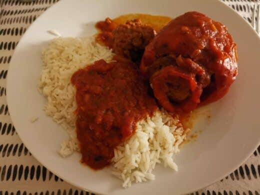 Leckere gefüllte Paprika mit Reis auf dem Teller