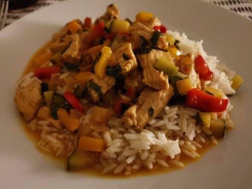 Lecker asiatische gekocht von Nic: Pute, Paprika, Zwiebeln, Zucchini und Reis. Und lecker Koriander