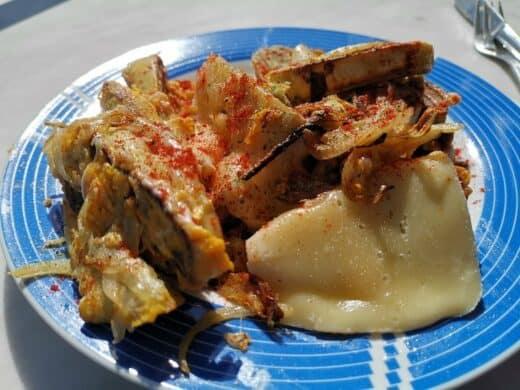 Maultaschen gebraten mit Raclettekäse überbacken