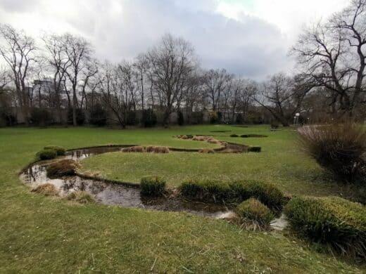 Da meandert ein künstlicher Bach durch den Unteren Schlossgarten