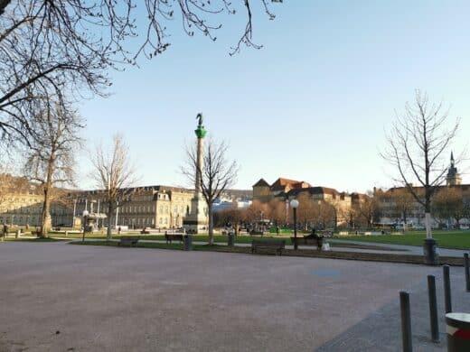 Fast ausgestorbener Schlossplatz während der Corona Krise in Stuttgart