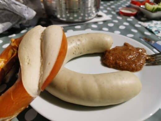 Perfektes Frühstück für den Balkon: Weisswurst, Brezel und Senf