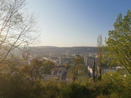 Aussicht auf Stuttgart von einer Aussichtsplattform wenige Meter unterhalb des Kriegsbergturms