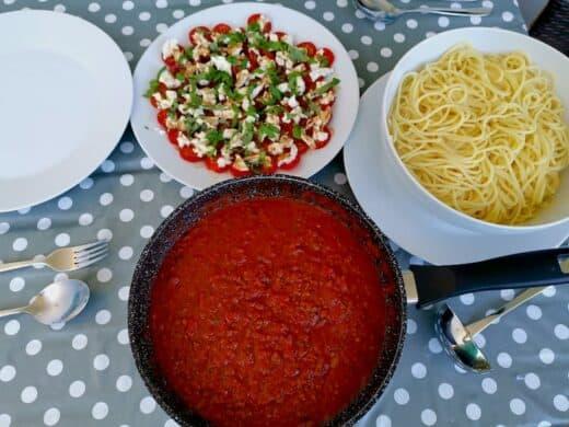 Reste der Bolognese mit Tomate-Mozzarella